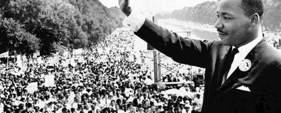 Martin Luther King no dia de seu discurso mais famoso acenando para o público