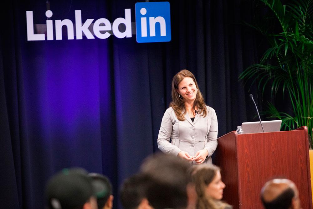 Nancy Duarte falando em público numa palestra do Linkedin